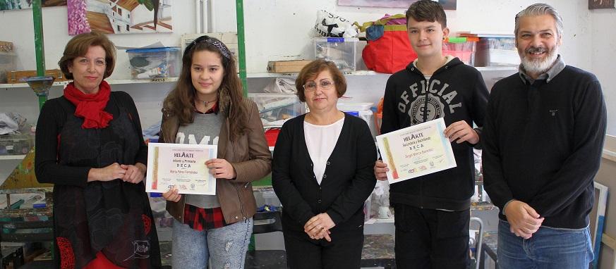 el-iii-concurso-de-dibujo-y-pintura-helarte-entrega-sus-becas-a-los-jovenes-artistas-angel-marcos-y-maria-perez