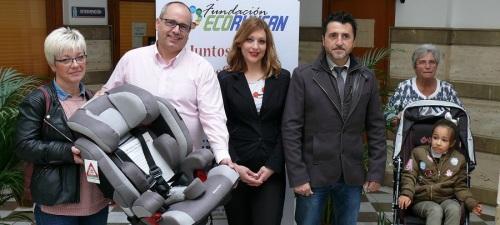 la-nina-ingrid-lorenzo-recibe-su-silla-adaptada-para-el-coche-gracias-a-la-solidaridad-de-la-sociedad-motrilena