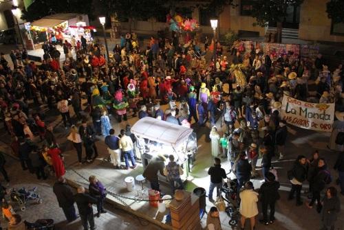 ambiente-en-la-plaza-de-espana-previo-al-pregon-del-carnaval-de-baltasar-garcia-en-motril