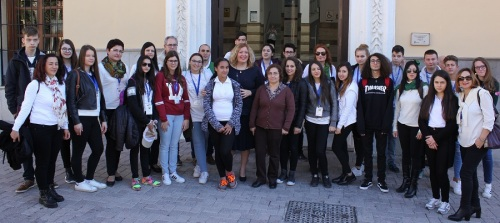 la-alcaldesa-recibe-a-una-veintena-de-ninos-y-ninas-italianos-turcos-rumanos-y-lituanos-que-visitan-motril
