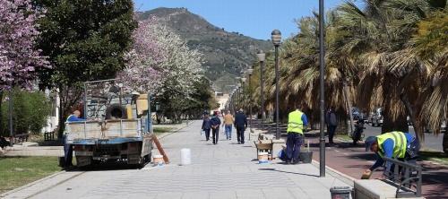 El área de Mantenimiento, Agricultura, Parques y Jardines mejora los bancos y la solería de la Rambla de los Álamos