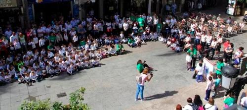 El CP La Santa Cruz toma la calle en un acto solidario y deportivo