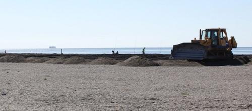 Máquina retroexcavadora trabajando en la adecuación de la Playa de Poniente_