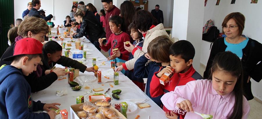 Niños de primaria participan en 'La Mesa está servida, buen provecho_, donde conocen los frutos subtropicales