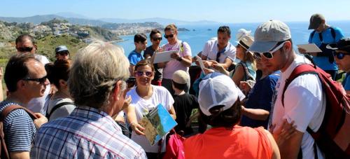 Senderistas participaron el domingo en la ruta de pescadores entre Almuñécar y el Faro de la Punta de la Mona