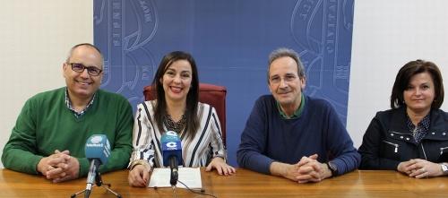 Alicia Crespo y David Martín junto a los miembros de la Asociación Aguaviva en la presentación de La Judea_