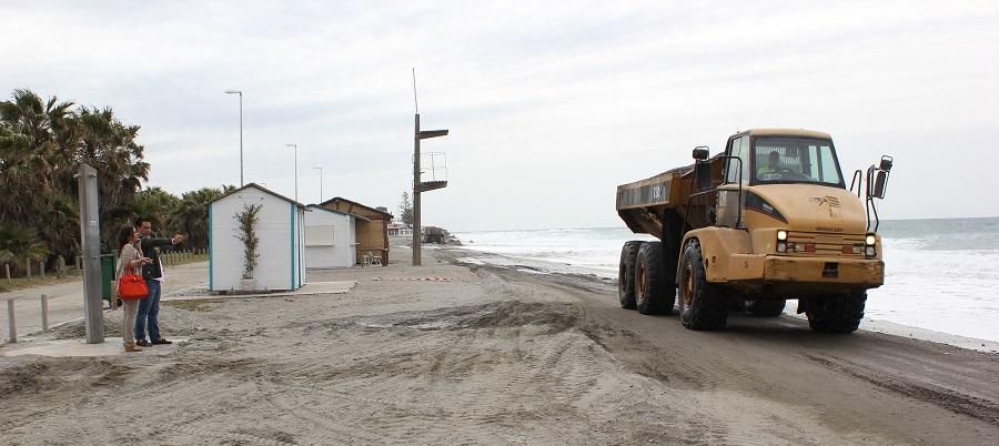 El Ayto. de Motril indignado con Costas por el despilfarro que ha supuesto echar arena que ahora se lleva el temporal