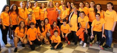 La alcaldesa de Motril y la teniente de alcalde de Igualdad con las integrantes del equipo femenino del CDC ASAKO_