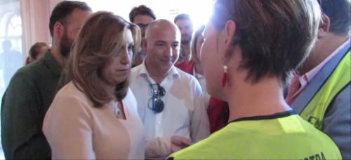 La presidenta de la Junta, Susana Díaz, atiende a los portavoces de la plataforma 'No a la mejillonera en Almuñécar'