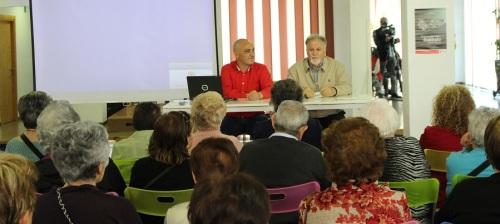 Personas mayores pertenecientes a los Centros de Participación Activa asisten a una charla-taller de Musicoterapia