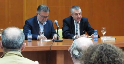 Aforo completo en la presentación de la nueva novela de José Calvo Poyato