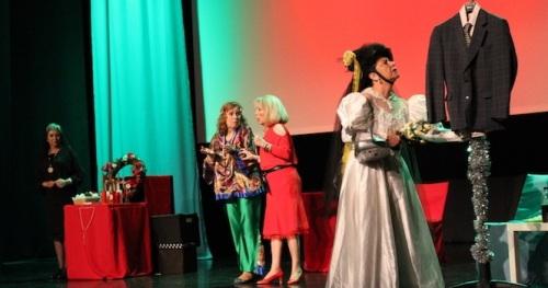 'Chela Mar' representó en Almuñécar la divertida comedia musical 'Viudas'