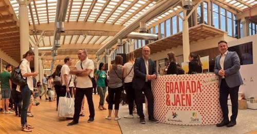 Granada y Jaén completan su promoción en Milán con una acción multitudinaria