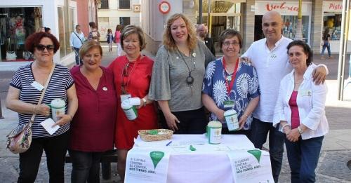 La alcadesa de Motril, Flor Almón (centro) junto a la presidenta de l AECC en Motril durante la cuestación anual de la organización