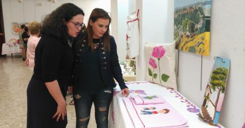 Los mayores de Salobreña, Lobres y La Caleta exponen en la Biblioteca Municipal sus trabajos manuales
