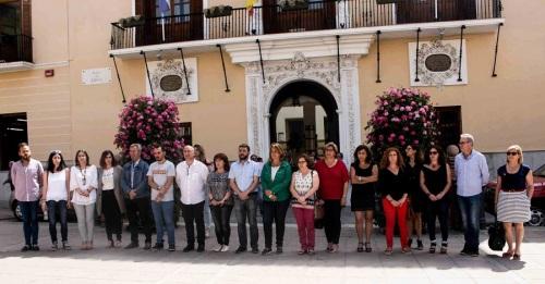 Miembros de la Corporación Municipal durante el minuto de silencio en el Ayuntamiento de Motril 2