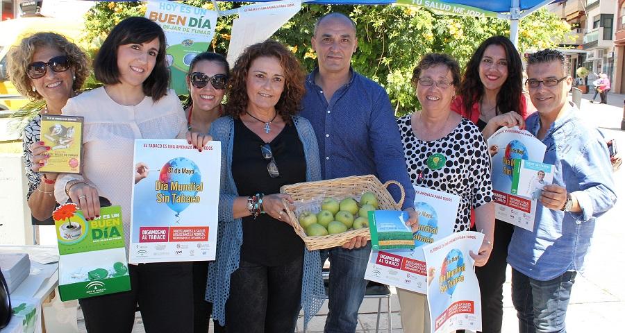 Motril cambia cigarrillos por manzanas y caramelos en el Día Mundial Sin Tabaco