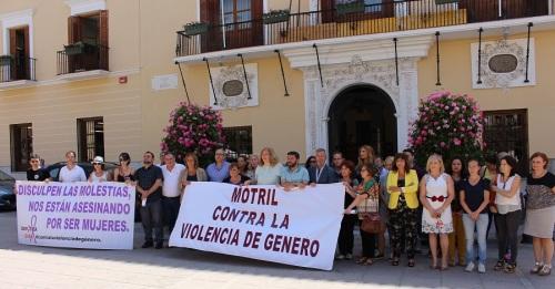 Minuto de silencio a las puertas del Ayuntamiento de Motril contra la violencia de género