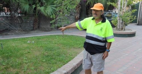 Un empleado municipal de Almuñécar encuentra una cartera con 950 euros en el Parque del Majuelo