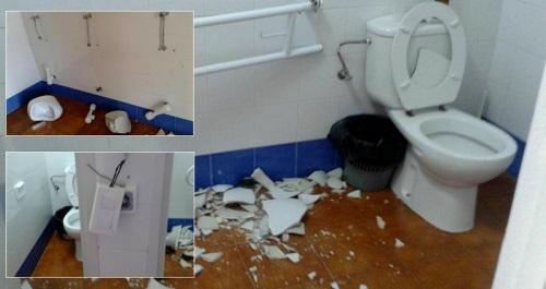 Unos vándalos destrozan los baños del Polideportivo Municipal