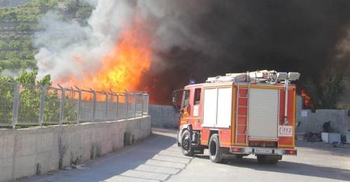 Los Bomberos de Almuñécar emplearon 20 cubas de agua para controlar el incendio producido en el Punto Limpio