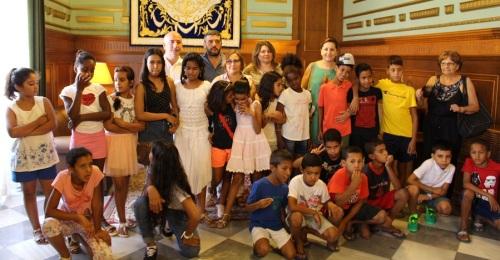 Una veintena de niños y niñas saharauis visitan el Ayuntamiento de Motril dentro del programa 'Vacaciones en Paz_