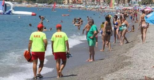 Reaniman a un bañista en parada cardíaca en la playa de La Herradura