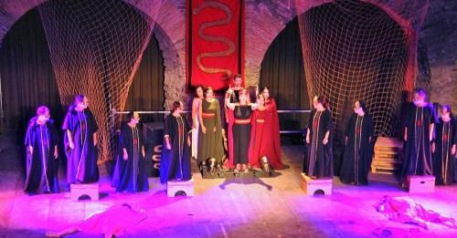 El grupo Párodos Teatro cautivó al público sexitano con una espléndida puesta en escena de 'Antígona'