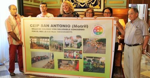 Flor Almón y Mercedes Sánchez junto a parte del equipo directivo del CEIP San Antonio (2)