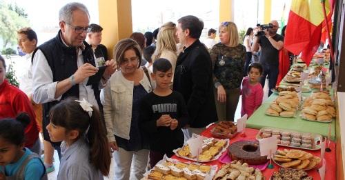 Foto de archivo de Mercedes y Francisco Ruiz durante un encuentro intercultural 2