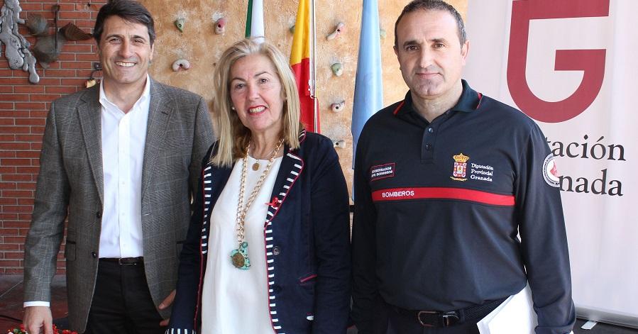 María Ángeles Escámez con el vicepresidente de Diputación, Pedro Fernández, y el técnico del Consosrcio de Bomberos