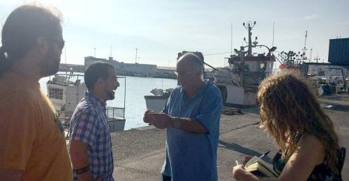 Diputados de Podemos visitan y recogen las demandas de los pescadores