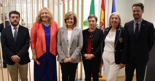 Flor Almón (centro) junto a Fátima Báñez, ministra de Empleo y Seguridad Social, miembros del equipo de Gobierno, y delegados provinciales