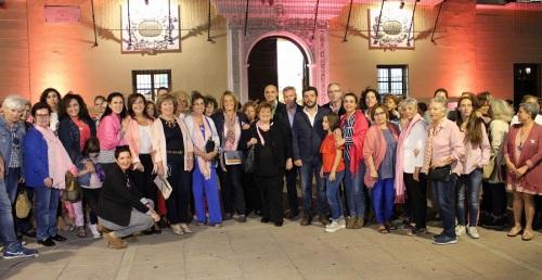 Foto de familia en la plaza de España durante el acto por el Día Mundial del Cáncer de Mama