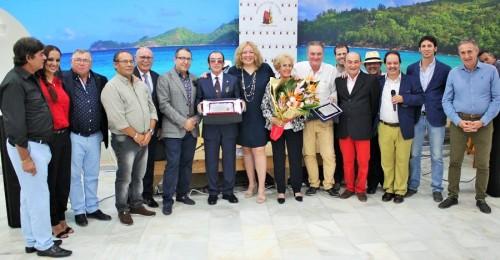 La directiva de la Peña Flamenca Ciudad de Motril, la alcaldesa y el teniente de alcalde con Perico Sevilla y su mujer, Carmen durante el homenaje (2)