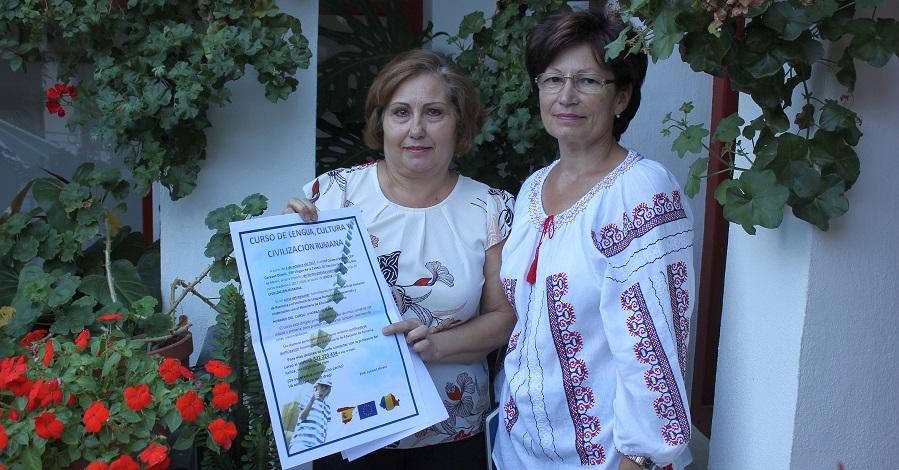 Mercedes Sánchez (izq) y Lucica Loliceru muestran el cartel de los curos de Lengua y Cultura Rumanas