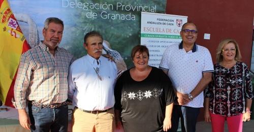 Susana Feixas (centro) junto a David Martín (drcha), Miguel Sánchez (izrda) y miembros de la Corporación en la feria Tropicaza