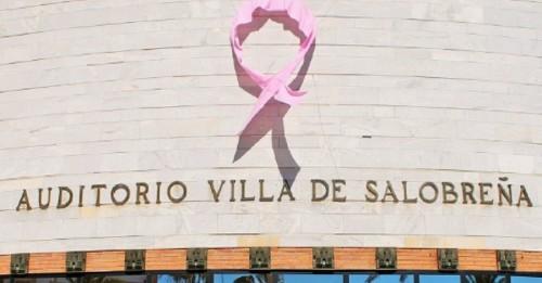 Un gran lazo rosa contra el cáncer de mama en la fachada del Ayto. de Salobreña (2)