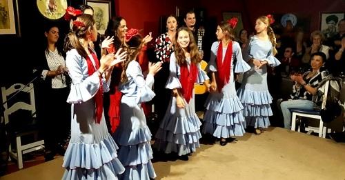 Duende sobre el escenario con las niñas de la academia de Mercedes Martín