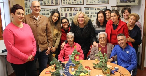 Flor Almón y Gregorio Morales con las usuarias de los Telleres de Adultos de La Garnatilla
