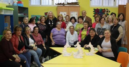 La alcaldesa y el concejal de Servicios Sociales con las alumnas de los Talleres de Cuartel de Simancas