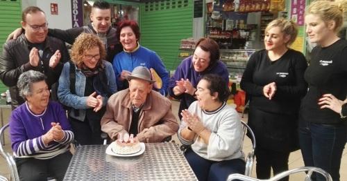 Miguel Fajardo recibe un homenaje en su 104 cumpleaños