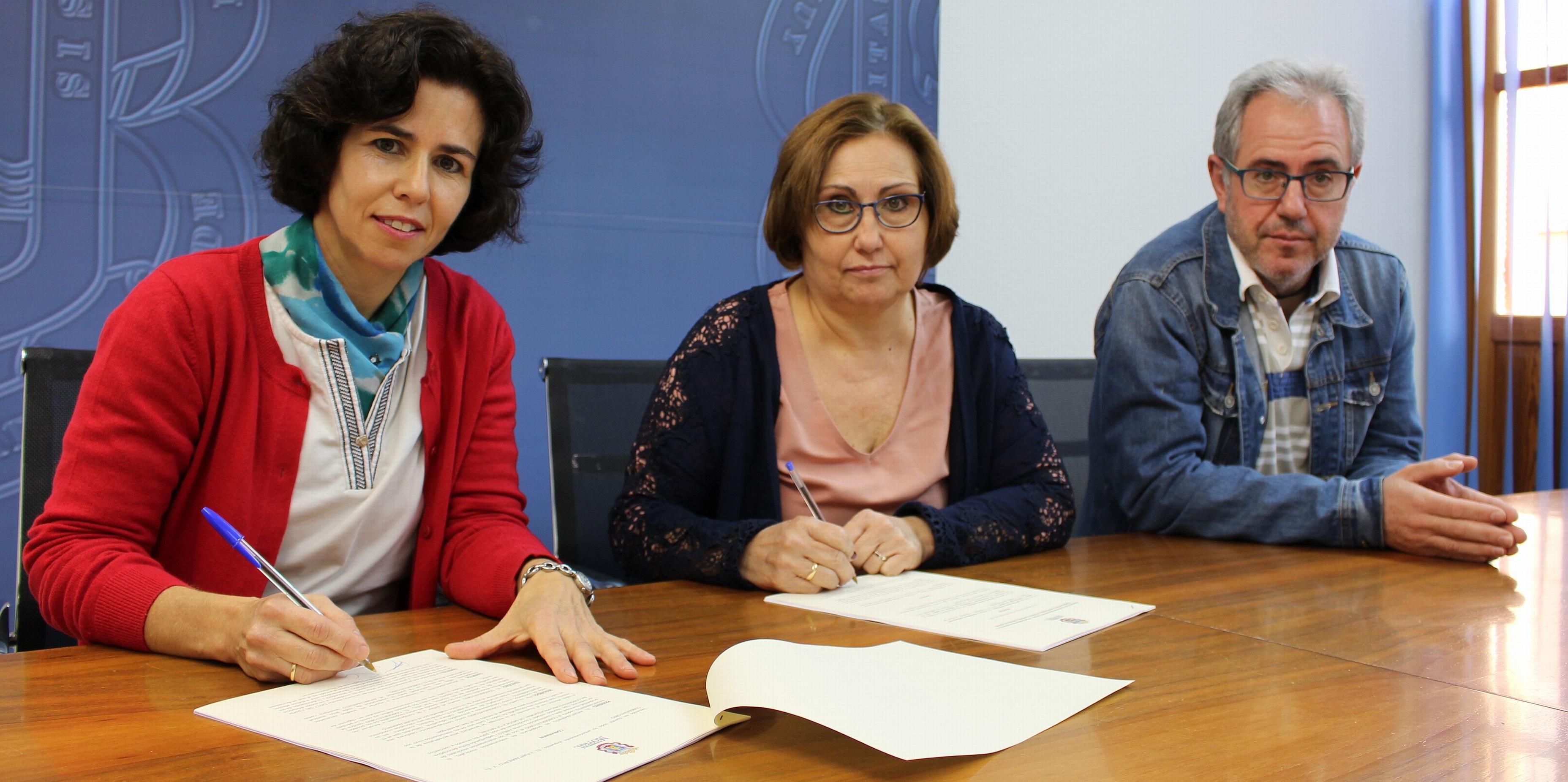 Momento de la Firma del convenio entre el Ayuntamiento y el Conservatorio de Música Antonio Lorenzo