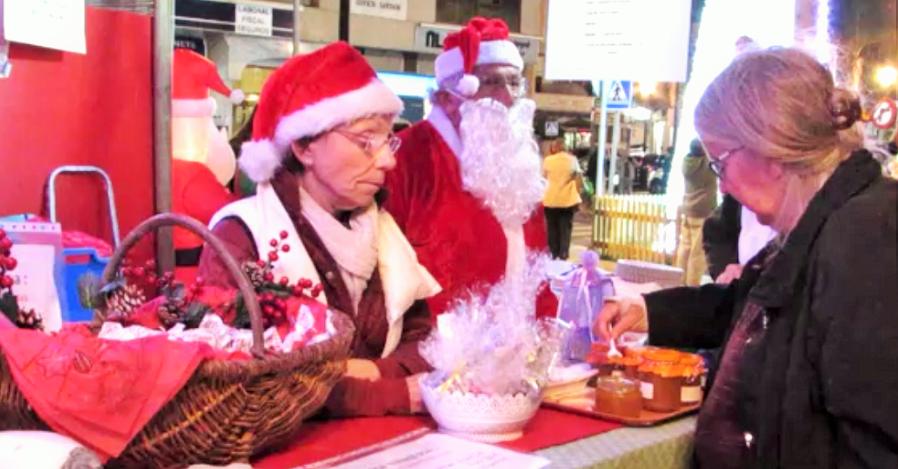 Asociaciones de extranjeros montan un mercadillo navideño en la plaza Madrid de Almuñécar