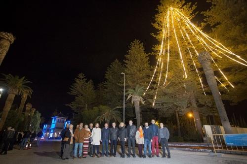 El árbol natural más alto de Europa ilumina la Navidad en el Puerto