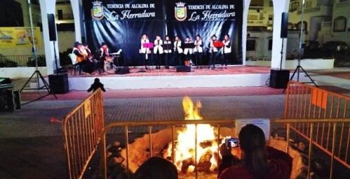 El coro 'La Salinera' animó la Navidad de La Herradura