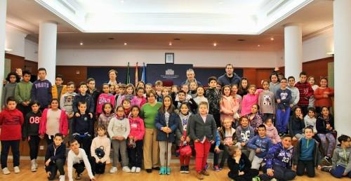 Foto de familia junto a los niños y niñas participantes en el Pleno Escolar en Motril