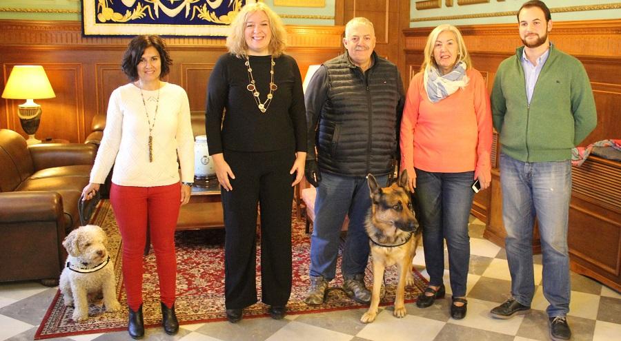 La Unidad Canina de Protección Civil recibe el reconocimiento del Ayto. por su labor en el rescate de desaparecidos
