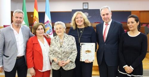 Motril reconoce la labor docente de María Hens Lorente con la concesión de la Medalla de Oro de la Ciudad