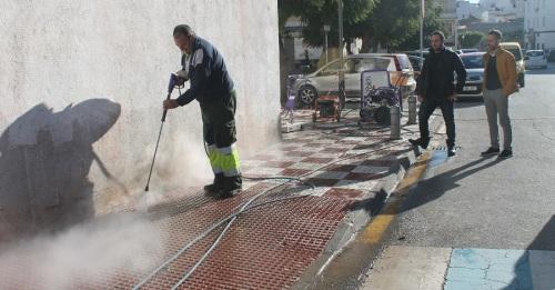 Salobreña recupera el pavimento del acerado de su centro comercial